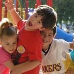 En la infancia, los amigos nos permiten desarrollar nuestras habilidades físicas y sociales.