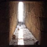 Arquera (o aspillera) vista desde el interior de la que se observa cómo se va estrechando.