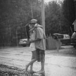 Un día de suave tormenta, invítale a pasear bajo la lluvia sin paraguas.