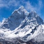 El Himalaya, de acuerdo con la teoría de la tectónica de placas, es el resultado de la colisión de la placa India y la placa de Eurasia.