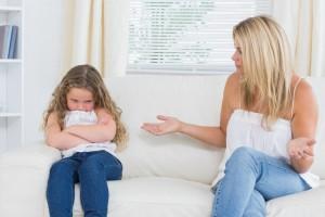 Hay padres que, con su mejor intención, tratan por todos los medios de evitar que sus hijos se equivoquen, impidiéndoles hacerse responsables de sus elecciones.