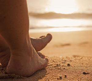 Bastaría con andar descalzos un rato por la arena para descargarnos de iones positivos y cargarnos con los buenos.