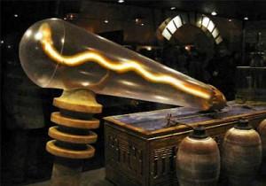 Modelo de bombilla egipcia a semejanza de los numerosos relieves esculpidos sobre las paredes de distintos templos que así atestiguarían su existencia.