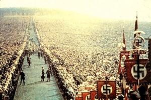 Grandes desfiles, emblemas, banderas desplegadas al viento y discursos incendiarios de un líder carismático son características del nazismo.