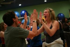 Los terapeutas nos enseñarán, a través de la expresión corporal, el juego, la danza y ejercicios de respiración o masajes, a liberar tensiones y llegar hasta la carcajada.