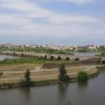 Puente romano de Mérida (792 m y 60 arcos), uno de los más grandes del mundo en su época.