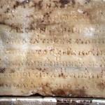 Piedra original de Delfos en la que aparece el segundo de los dos himnos en honor a Apolo. La anotación musical se representa en los símbolos que aparecen de forma discontinua encima de la principal línea ininterrumpida de signos alfabéticos griegos.