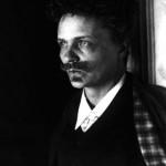 Johan August Strindberg fue un escritor y dramaturgo sueco. De personalidad esquizofrénica, se sintió acosado y perseguido. Esta peculiaridad dotó a su obra de una especial fuerza y dramatismo. Enormemente reconocido, más de 50.000 personas acudieron a su entierro.