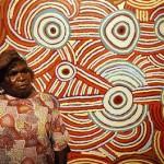 La artista aborigen Katjana Butler junto a su obra titulada Maiapinti.
