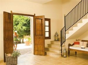 La entrada de una casa debe ser amplia y acogedora, nunca debe estar bloqueada por objetos, y con uno o varios elementos que resalten y nos hagan sentir bienvenidos.