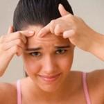 La piel con la edad pierde capacidad de regeneración por lo que usar la fuerza bruta para eliminar las espinillas puede provocar una feísima cicatriz en plena cara.