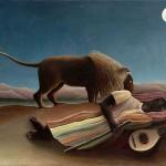 Óleo sobre lienzo pintado por Henri Rousseau en 1897. El propio artista lo describe como sigue: 'Una negra errante, una bandolinista, yace, en un sueño profundo, vencida por el cansancio, con su jarrón a su lado (un jarrón con agua para beber). Un león que pasa por allí, capta su olor pero no la devora. Hay un efecto de la luz de luna, muy poético'.