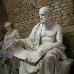 Polibio (200-118 a. C.) fue un historiador griego. Su propósito central fue explicar cómo pudo imponerse la hegemonía romana en la cuenca del Mediterráneo, mostrando cómo se encadenan los sucesos políticos y militares acontecidos en todos los rincones de este ámbito geográfico.