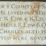 Thomas Parr, del condado de Sallop. Nacido en el año 1483. Vivió durante el reinado de diez príncipes, a saber: rey Eduardo IV, rey Eduardo V, rey Ricardo III, rey Enrique VII, rey Enrique VIII, rey Eduardo VI, reina María, reina Isabel I, rey Jacobo VI y rey Carlos I. Edad 152 años. Fue enterrado aquí, el 15 de noviembre de 1635.