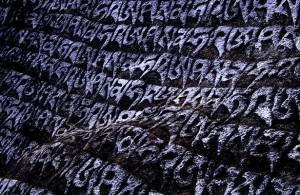 Mantras escritos en una roca cerca de Namche Bazaar (Nepal).