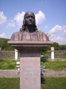 Estatua de Kelemen Mikes (político y escritor húngaro) en su ciudad natal, Zágon.