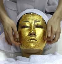Se afirma que el oro posee efectos antioxidantes, antibacterianos e hidratantes y, además, consigue añadir firmeza, luminosidad y vitalidad a la piel.