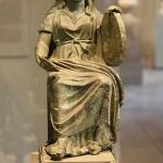 Cibeles coronada con una torre, sosteniendo un tympanum en su mano izquierda.