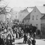 Afluencia de visitantes delante de la casa paterna durante los sufrimientos de un Viernes Santo.