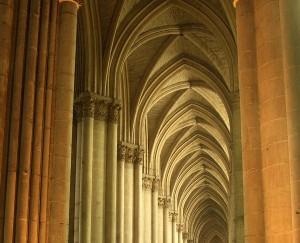 La bóveda de crucería se caracteriza por estar reforzada por dos o más nervios diagonales que se cruzan en la clave (dovela central de un arco), generalmente.