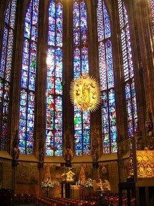 Los muros macizos del románico fueron sustituidos por amplios ventanales con vidrieras con lo que el interior de las iglesias se llenó de luz.