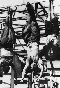 Los cadáveres de Mussolini (centro) y Clara Petacci, expuestos en la plaza milanesa de Loreto el 29 de abril de 1945.
