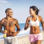 Es mejor tomar el sol en movimiento, caminando o corriendo ligero, beber agua a menudo para hidratarse y no exponerse por periodos muy prolongados de tiempo.