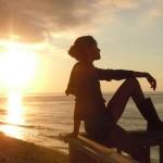 El sol nos proporciona una especial sensación de bienestar que genera buen humor en nuestro organismo, funcionando además como antiestrés natural. Pero la piel solamente requiere entre un ocho y un quince por ciento de rayos ultravioleta para lograr ese color tan seductor, el resto sólo nos hace daño.