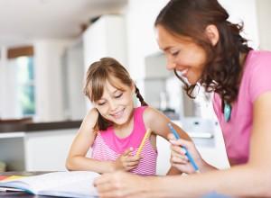 Es bueno ayudar a nuestros hijos con el repaso (no hacérselos) de los deberes, siempre reforzándoles y elogiándoles en sus logros.
