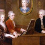 Retrato de la familia Mozart hacia 1780. De izquierda a derecha: Nannerl, Wolfgang y Leopold. El retrato de la pared es de Anna Maria Walburga Pertl, la madre de Mozart, que falleció en 1778.