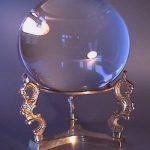 La bola de cristal es uno de los oráculos más antiguos de la historia. Antes estaban los espejos y el agua como medio adivinatorio.