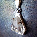 Los cristales de cuarzo son únicos. Sus aspectos interno y externo son idénticos, las únicas estructuras conocidas en nuestro planeta que exhiben esta característica. Esto los hace ideales para la tarea de la magia.