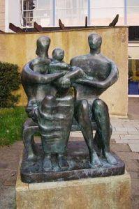 La estatua de bronce Family Group (1950), obra de Henry Moore localizada en la entrada de The Barclay School en Stevenage (Hertfordshire, Inglaterra).