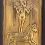 La diosa Astarté representaba el culto a la madre naturaleza, a la vida y a la fertilidad, así como la exaltación del amor y los placeres carnales. Con el tiempo, se tornó también en diosa de la guerra y recibió cultos sanguinarios de sus devotos. Se la solía representar desnuda o apenas cubierta con un fino cinturón, de pie sobre un león.