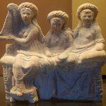 Hetera y asistente a banquetes, sentados en una banqueta. Terracota de Mirina, antigua ciudad griega de Misia.