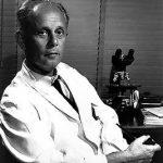 Hans Hugo Bruno Selye (1907-1982), fisiólogo y médico austrohúngaro que posteriormente se naturalizó canadiense, desarrolló su famosa teoría acerca de la influencia del estrés en la capacidad de las personas para enfrentarse o amoldarse a las consecuencias de lesiones o enfermedades.