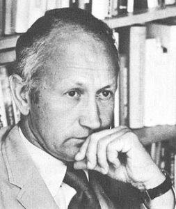 El periodista, profesor y político estadounidense Norman Cousins en 1976.