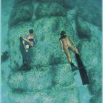 Bloques submarinos de piedra que parecen restos de calzadas y murallas junto a las costas de Bimini (archipiélago de las Bahamas).