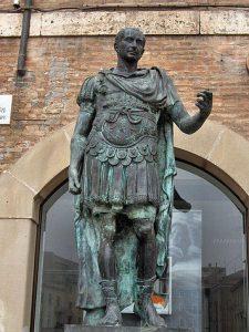 Cayo Julio César (100-44 a. C.) fue un líder militar y político romano de la era tardorrepublicana.