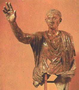 Nerón accedó al trono (entre el 54 y el 68) tras la muerte de su tío Claudio, quien anteriormente lo había adoptado y nombrado como sucesor en detrimento de su propio hijo, Británico.