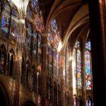 La nave noroeste de la basílica de Saint-Denis (Francia), célebre por ser la primera que se erigió en estilo gótico, en la puesta de sol.