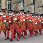 'Yeomen Warders of Her Majesty's Royal Palace and Fortress the Tower of London', guardianes ceremoniales de la Torre de Londres. Su cometido oficial es vigilar a los prisioneros que pueda haber encerrados en la Torre y la seguridad de las joyas de la Corona británica, si bien en la práctica son ahora los guías turísticos del recinto, así como una de sus principales atracciones.