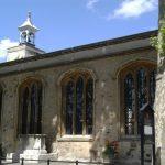 Exterior de la capilla real de San Pedro ad Vincula, parroquia del recinto, vista desde la plaza de ejecuciones. Se encuentra situada en el patio interior de la Torre y data de 1520. La iglesia es conocida por ser el lugar de enterramiento de algunos de los más famosos prisioneros ejecutados en la Torre de Londres.