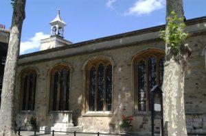 Exterior de la capilla real de San Pedro ad Vincula, parroquia del recinto, conocida por ser el lugar de enterramiento de algunos de los más famosos prisioneros ejecutados en la Torre de Londres.