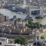 Vista aérea de la Torre de Londres, oficialmente Palacio Real y fortaleza de Su Majestad. Situada en la ribera norte del río Támesis en el centro de la ciudad, se fundó hacia finales de 1066 como parte de la conquista normanda de Inglaterra, convirtiéndose con el tiempo en símbolo de la opresión llevada a cabo por la élite gobernante.