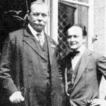 La pasión de Arthur Conan Doyle por las ciencias ocultas venía de lejos, y le había conducido incluso a ser uno de los principales y más ilustrados defensores de la causa espiritista de principios del siglo XX. Su fe creciente había llevado al creador de Sherlock Holmes a embarcarse en una cruzada religiosa que le otorgó una imagen pública que acabó por devorar a la figura del escritor. Doyle llegó a comunicarse con su hijo fallecido durante la I Guerra Mundial e incluso obtuvo varias fotografías suyas supuestamente provenientes del más allá. Conan Doyle se fijaba en los efectos y Houdini investigaba los métodos. Veían en un mismo objeto cosas distintas. Lo que para uno era intervención patente de los espíritus, para el otro eran falsificaciones y fraudes. Sin embargo, que cazaran a un médium haciendo trampas no implicaba que las hiciera siempre, a ojos del inocente Doyle. El escritor siempre fue un tozudo que pensó que Houdini tenía poderes y el mago, en cambio, siempre le argumentó que tenía un truco para cada uno de sus milagros.