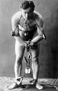 Houdini en 1899. Concibió la magia como un espectáculo en sí mismo y demostró gran habilidad para liberarse de esposas, cuerdas, cadenas y todo tipo de habitáculos cerrados.