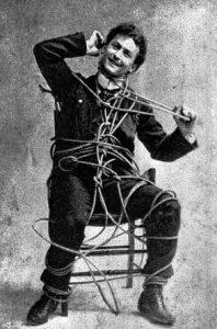 Aunque comenzó su carrera como mago ingenioso, ocurrente y divertido haciendo juegos de cartas y otros efectos, pronto pasó a considerar practicar el escapismo.