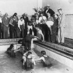 Harry Houdini en la piscina del Hotel Shelton de Nueva York.