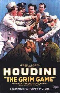 Película 'The Grim Game', 1919. Gracias al cine podía estar presente en cuantiosos sitios a la vez sin hacer giras, pero los cortes de cámara provocaban que sus trucos no parecieran tan fiables.